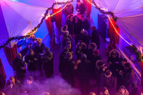 Schneebedeckter Weihnachtsmarkt von oben