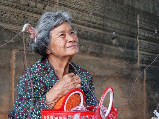 Verkäuferin von süßen, keksartigen Teigwaren (hmmm) in der Tempelanlage Angkor Wat