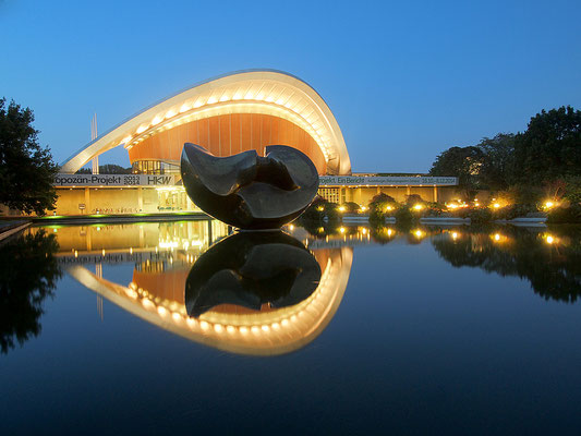 """Haus der Kulturen der Welt mit Großplastik von Henry Moore """"Large Divided Oval: Butterfly"""", Kongresshalle, Schwangere Auster"""