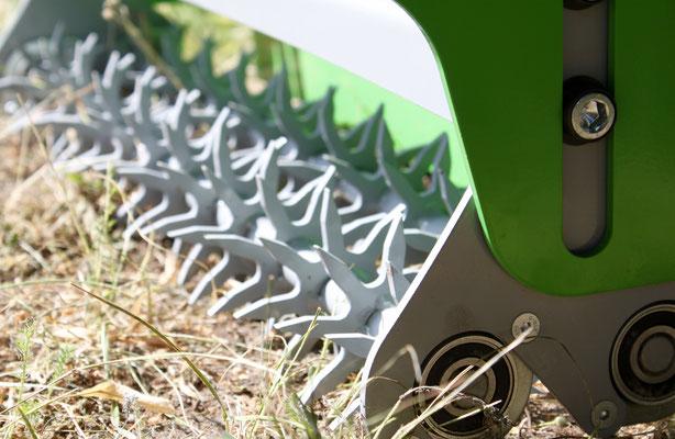 Die Kammrollen arbeiten das Grassaat sehr gut ein für eine gute Rasensaat / Othmerding Rasenbaumaschine