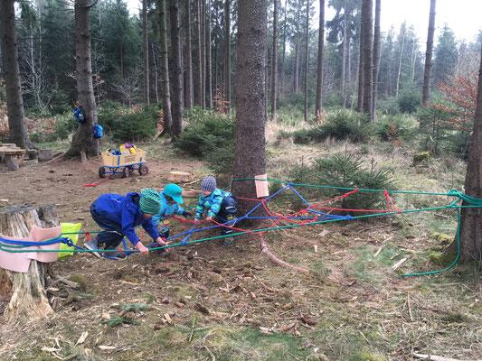 Seilspiele im Wald Waldtagesfamilie