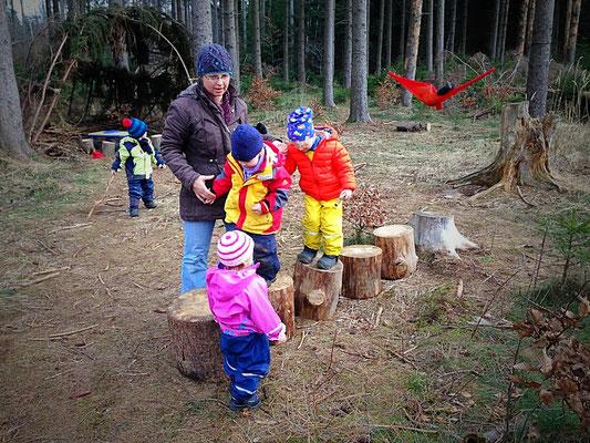 Waldtagesfamilie Balancieren