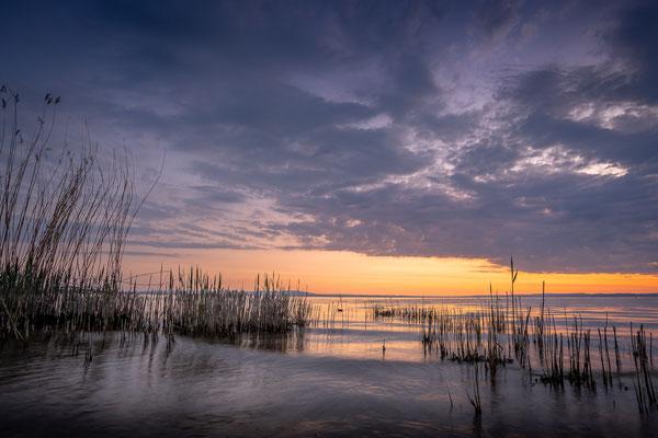 Bild Nr. 2020_9938: Morgenrot und sanfte Wellen am See