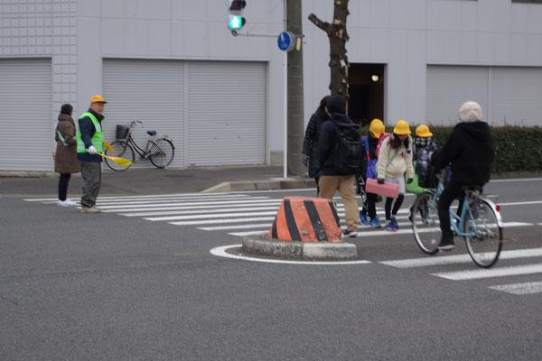 名駅通り、横断中の児童も寒そうです。
