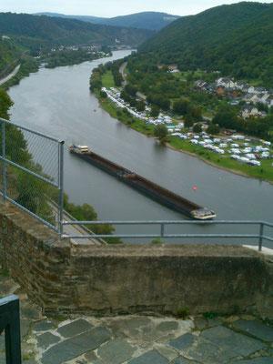 モーゼル川を行く船。モーゼル川はときどき大きな船が通り迫力があります。