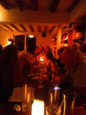 間接照明でろうそくがともり雰囲気がいかにもヨーロッパ的な普通な居酒屋なんだと思います。
