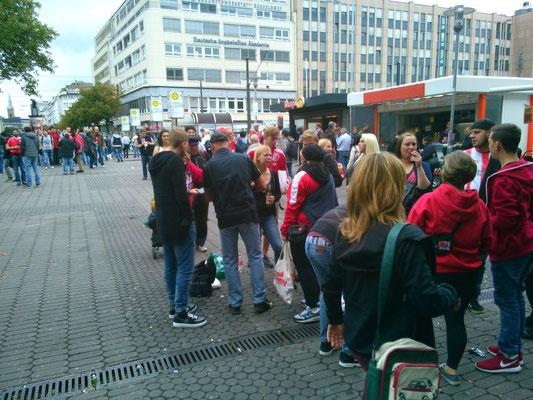 デュッセルドルフの駅に着くと、赤のサッカーユニフォームを着た人が至る所に!