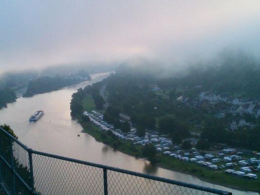 私の部屋から見える朝靄の風景。