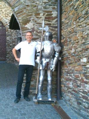 ライヒスブルク城の門にあるヨロイとマルコ。