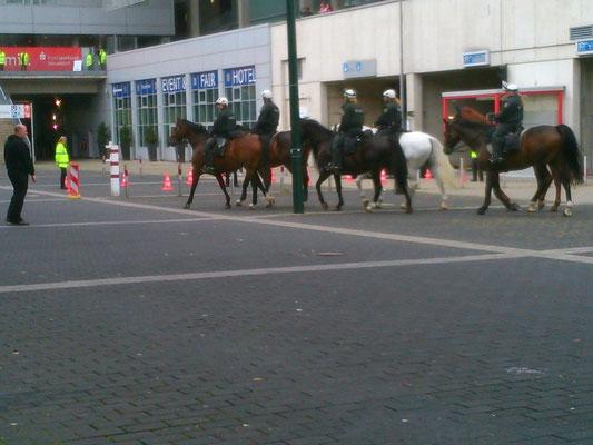 フットボール会場の周辺には、馬に乗った警官が!