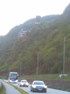 小高い山の上に立つ古城。