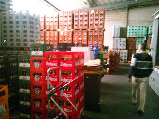 倉庫には色々な飲み物が山積みになっていました。
