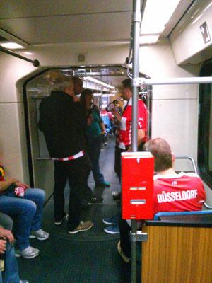 フットボール会場へ行く列車の風景