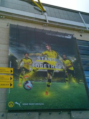 スタジアム入口にある大弾幕。香川選手が左側に配置されており、人気があることがうかがえます。