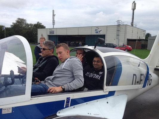 こちらの写真はディーパック氏の写真を拝借致しました。こんな感じの4人乗りのグライダーです。