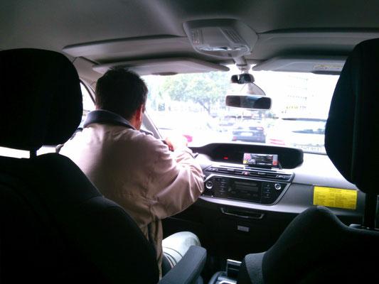 タクシーの運転手は英語は通じなかったけど、住所をみてホテルまで乗せていってくれました。