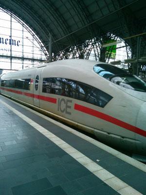 ドイツの新幹線ともいえるICE。切符は買ったけど、どのフォームから出発するのかわからず困っていたら、黒人系の人が声を書けてきた。少し驚いたけど、その人は親切に色々と調べてくれて7番ホームだよって教えてくれた!とてもうれしい!