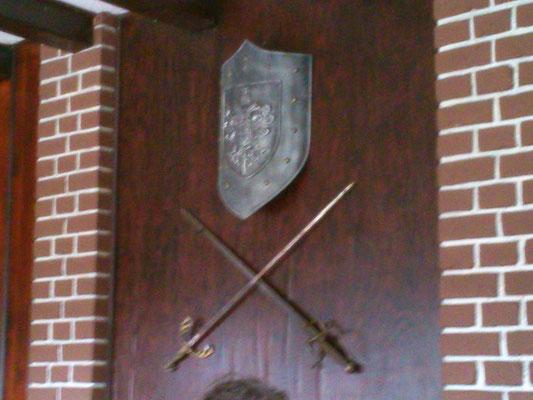 ワークショップ会場の教室の壁には盾と剣が飾られていました。