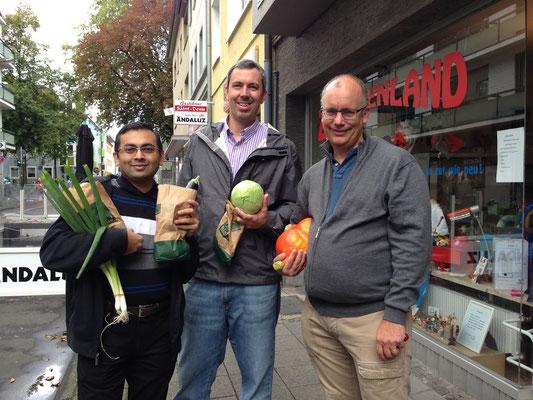 左から料理を振る舞ったディーパック氏(インド)とチャック氏(USA)、アントン氏(オーストリア)