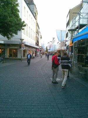 日本だとどの町も駅前が一番発展しているイメージですが、ドイツの場合は駅から少し離れた所がにぎやかな場合が多いようです。