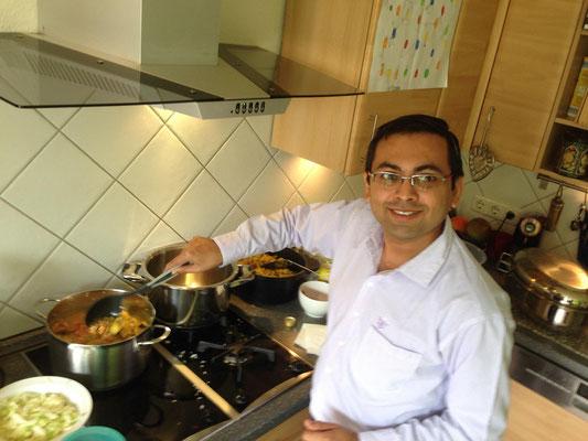 料理を作ってくれているディーパック氏(インド)