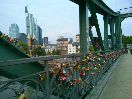 アイゼルナー橋には鍵がいっぱいかかっている…。なんかテレビで同じようなの見たことあるな…。