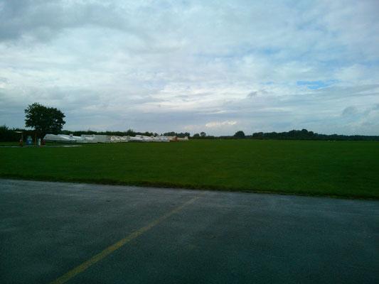 滑走路は芝生でとてもきれいです。