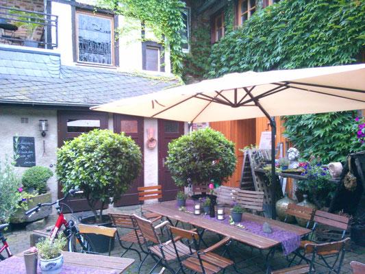 古城ホテルから近い、地元のレストラン。ワイナリーもやっているようでワインを購入していたメンバーもいました。