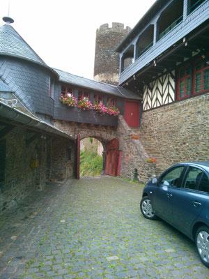 古城ホテルの門は、車が一台ようやく入れるくらいの広さです。