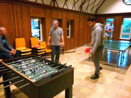 定番のサッカーゲームが欧米っぽい!卓球でマルコと対決したけど、マルコ強い…。
