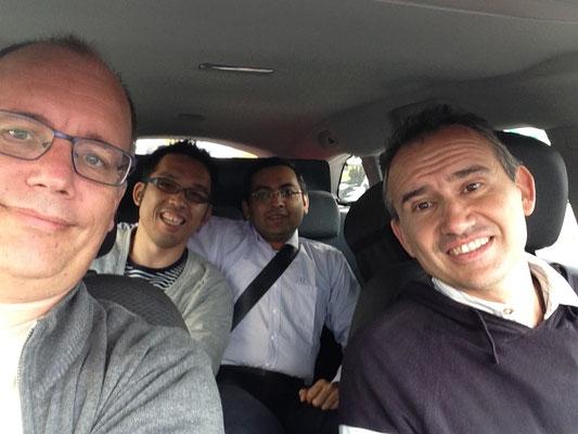 運転手のマルコ(イアチア)と助手席のアントン(オーストリア)、私の隣がディーパック(インド)。