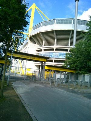 スタジアムの入り口。黄色い柱がかっこいい!!