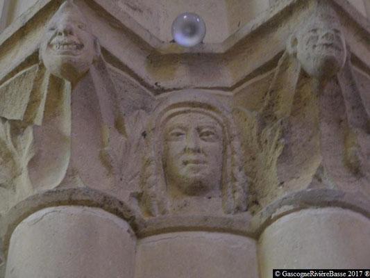 Sculpture chapiteau église de Plaisance du Gers La Vierge Marie