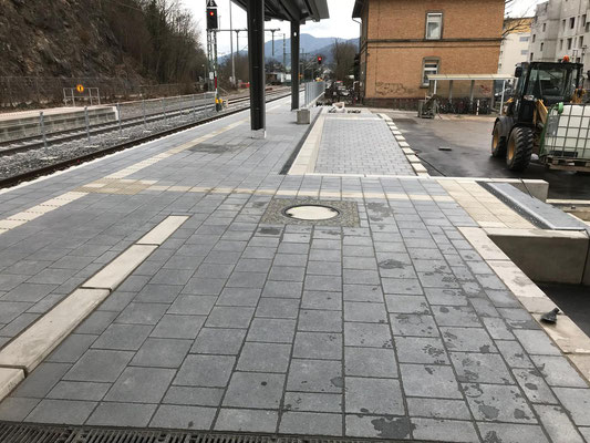 Waldkirch Bahnhof, Bahnsteig. Pflasterarbeiten mit Blindenleitsystem - Freiburger Gartenbau Gelsomino