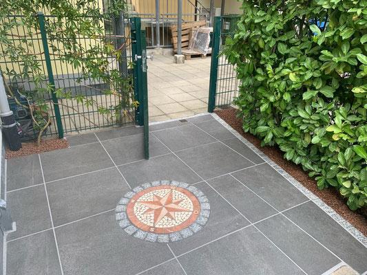 Freiburger Gartenbau Gelsomino - Pflasterarbeit - Ornament Kompass