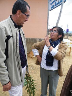"""Die Leiterin von """"Sayariy warmi"""" mit Willy Cardozo, dem Geschäftsführer der Kardinal-Maurer-Stiftung in Sucre"""