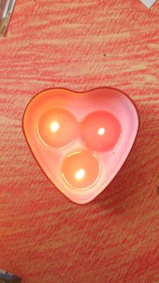 Drei Dochte in der Herz-Kerze stehen für die Dreifaltigkeit