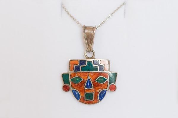 Jedes Schmuckstück ist ein handgefertigtes Unikat aus Silber und Edelsteinen.