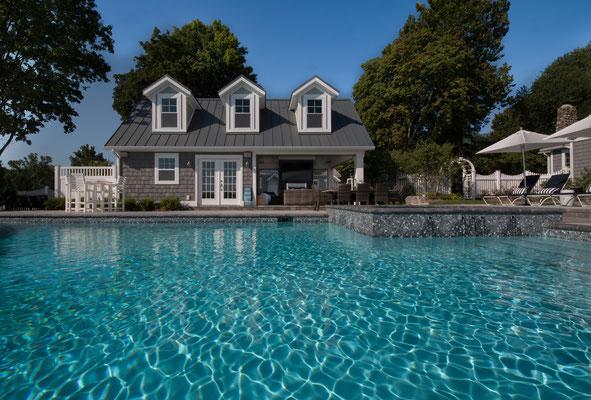 Außenaufnahmen von einem Pool
