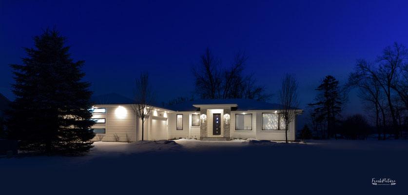 Nachtaufnahme einer Immobilie in der blauen Stunde