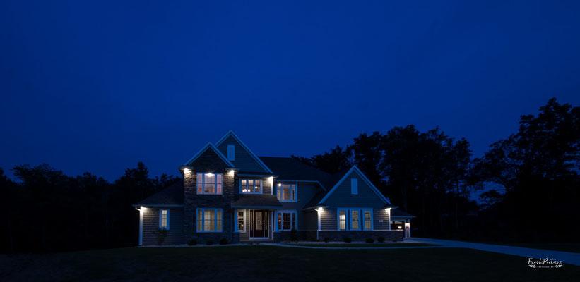 Professionelle Nachtaufnahmen von einer Immobilie