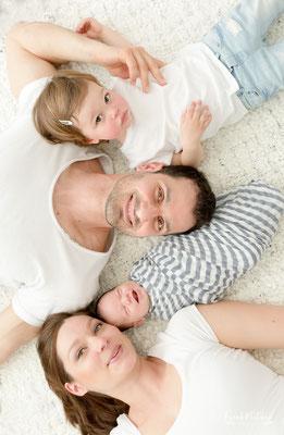Familienfoto mit Baby und Kleinkind