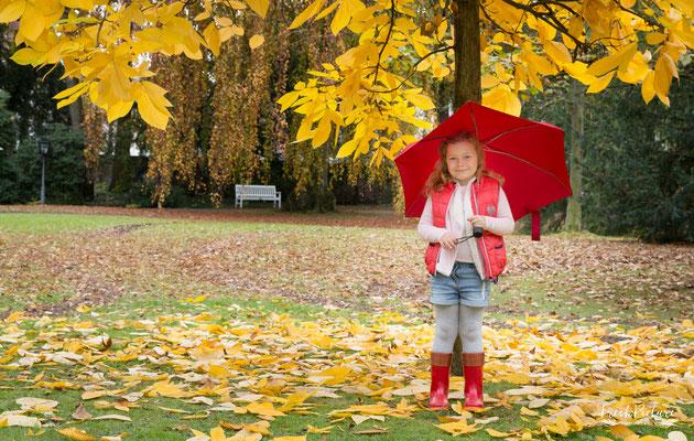 Professionelle Kinderfotos im Stadtpark im Herbst