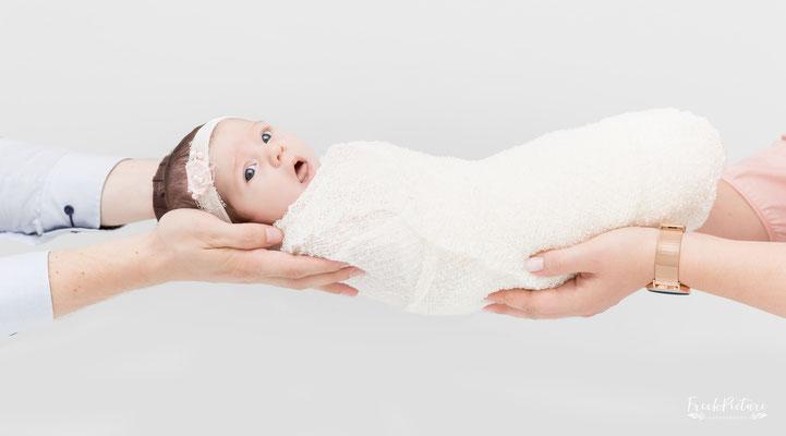 Babyfotos mit den Händen von den Eltern