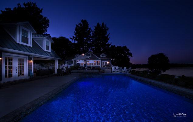 Architektur Foto von einem Pool mit Poolhaus bei Nacht
