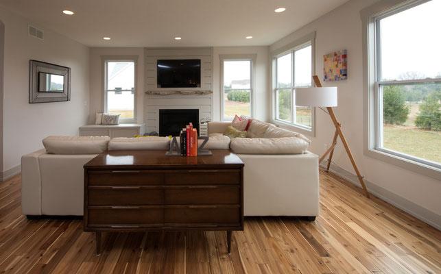 Foto von einem Wohnzimmer mit moderner Stehlampe