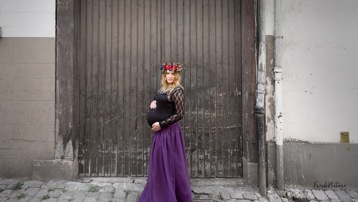 Schwarzes Oberteil und violetter Tüllrock für Schwangerschaftsfoto