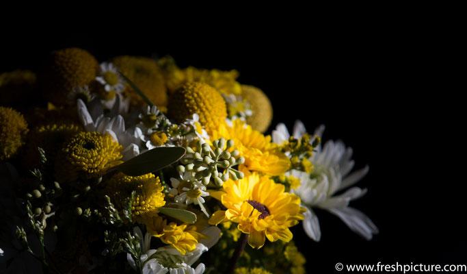Rustikaler Brautstrauss mit gelben Sommerblumen