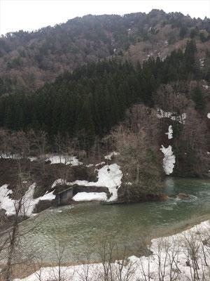 雪解け水がドウドウと流れる朝日川