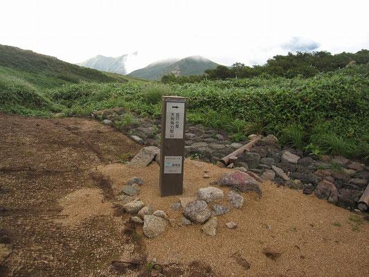 登山道から狐穴避難小屋への道標